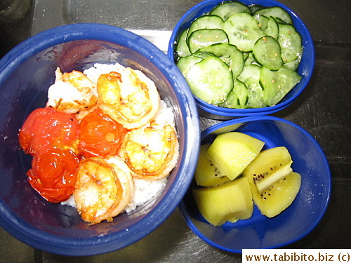 Fried prawns, tomatoes, cold cucumber salad, kiwi